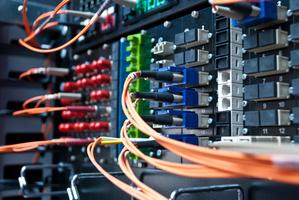 Wer wertvolle Ausstattung wie Netzwerkracks besitzt, sollte über eine Elektronikversicherung nachdenken.